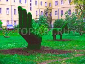 Зеленые фигуры из искусственного газона в оформлении двора www.topiart.ru