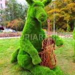 """Зеленая скульптура из искусственной травы """"Осел с альтом"""""""