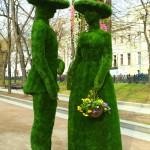 """Зеленые скульптуры """"Дама и кавалер"""""""