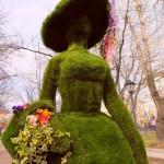 """Зеленая фигура 3D из искусственной травы """"Цветочница"""""""