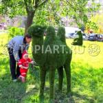 """Зеленая фигура из искусственного газона """"Верблюд"""" вандалоустойчива"""