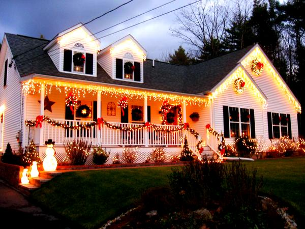 rms_mia123-outdoor-christmas-lights-decorations_s4x3-jpg-rend-hgtvcom-1280-960
